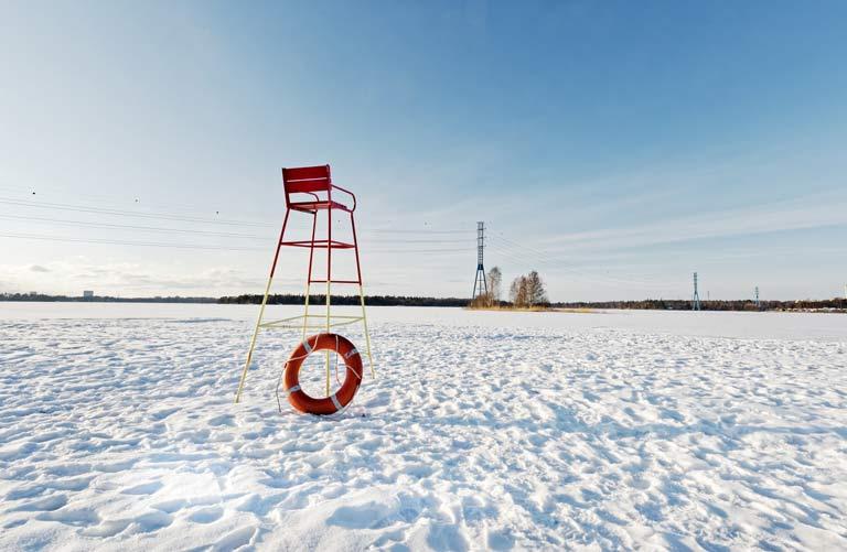 Plage enneigée en Finlande