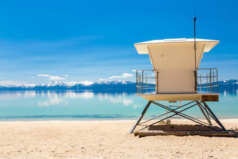 Plage du Lac Tahoe au printemps