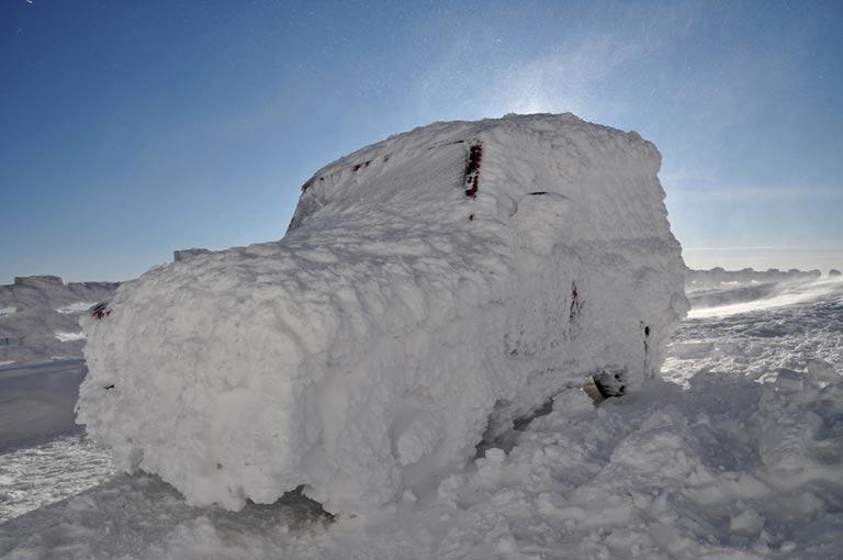 Voiture couverte de neige